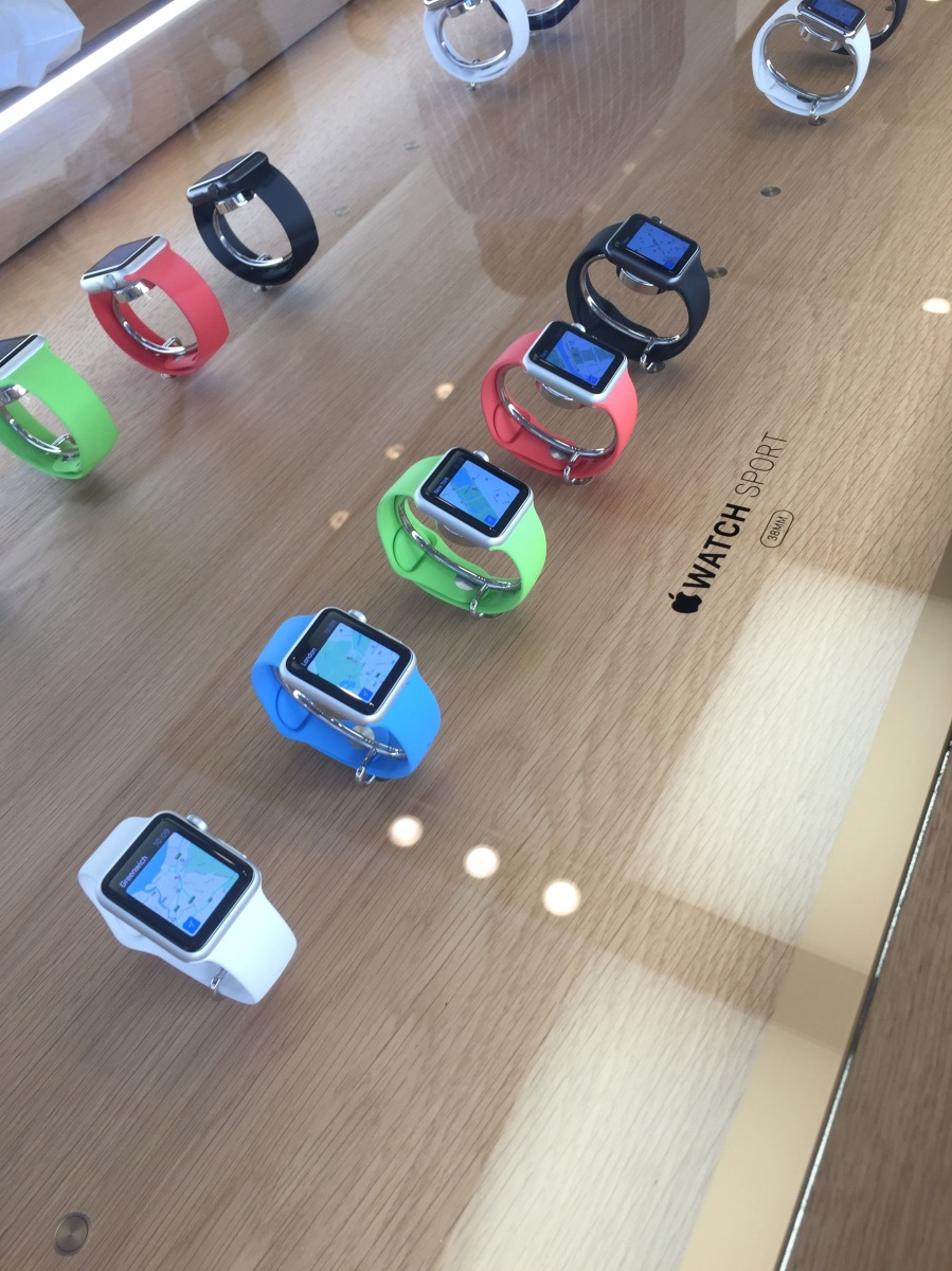 The Apple Watch Sport band conundrum: Why doesn't Apple want you to pair a white watch with a black band?